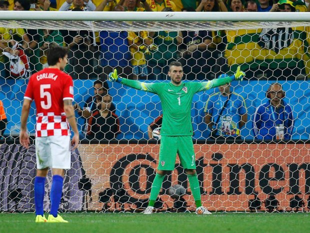 Croatia's Stipe Pletikosa gestures in front of the goal before a penalty during their 2014 World Cup opening match against Brazil at the Corinthians arena in Sao Paulo June 12, 2014. REUTERS/Kai Pfaffenbach (BRAZIL  - Tags: SOCCER SPORT WORLD CUP)
