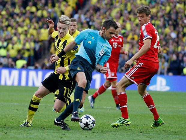Referee Nicola Rizzoli, of Italy, centre, during the Champions League Final soccer match between Borussia Dortmund and Bayern Munich, at Wembley Stadium in London, Saturday May 25, 2013.  (AP Photo/Matt Dunham)