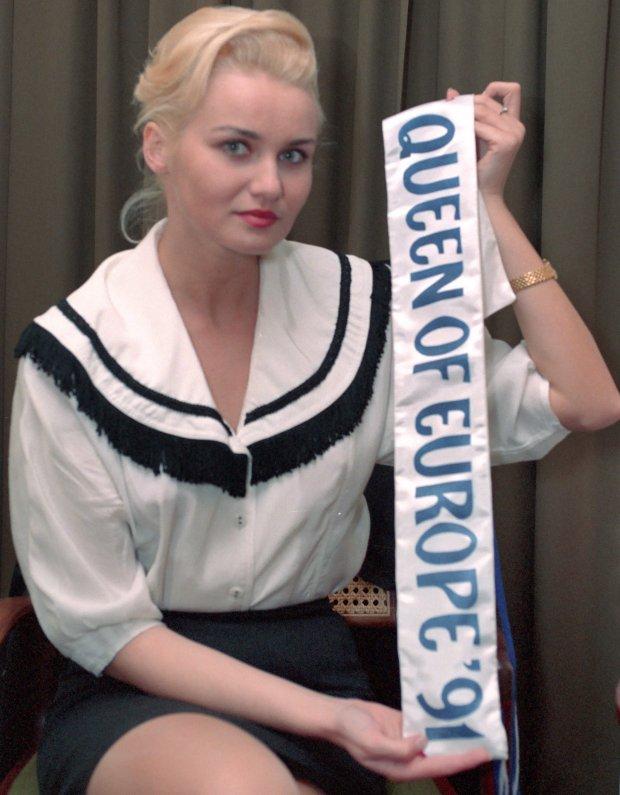 ]Warszawa, 12.1991. Ewa Szymczak, miss Europy 91 ze zwycieska szarfa. Fot. Jan Bogacz / FORUM