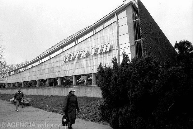 27.10.1992 WARSZAWA UL. PULAWSKA SUPERSAM BUDYNEK ARCHITEKTURA SKLEP FOT. SLAWOMIR KAMINSKI / AGENCJA GAZETA DVD 008 A SLOWA KLUCZOWE: LATA 90 HANDEL ARCHITEKTURA ARCHIWALNE /FR/