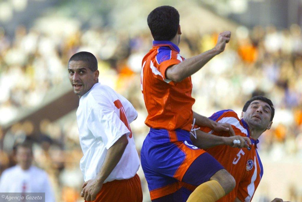 Radosław Kałużny (w białej koszulce) podczas meczu z Armenią w eliminacjach do piłkarskich Mistrzostw Świata 2002. Kałużny zdobył w tym spotkaniu bramkę (fot. Małgorzata Kujawka)