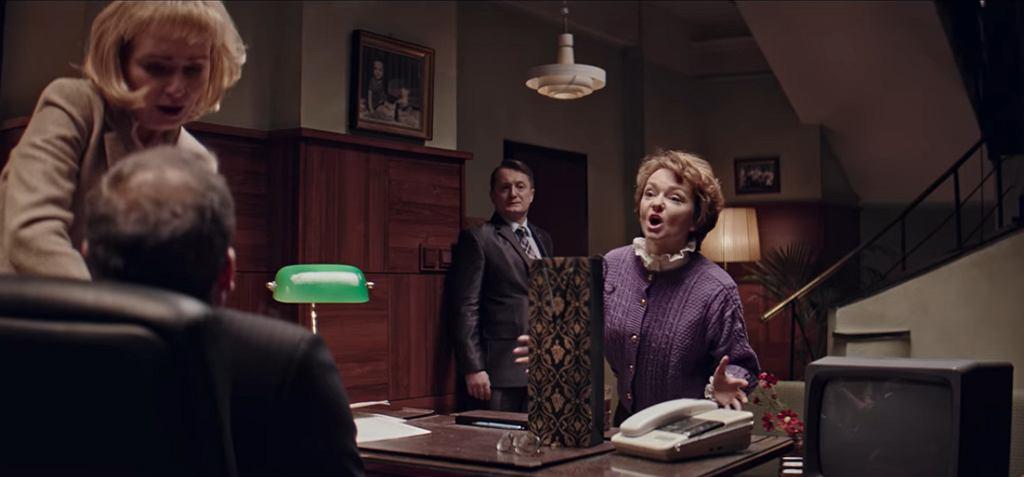 Serialowa pani Basia, podobnie jak jej pierwowzór, dba o porządek na biurku i w biurze Prezesa (fot. kadr z serialu ''Ucho Prezesa'' / YouTube.com)