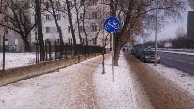Nieodśnieżona droga dla rowerów w al. Solidarności