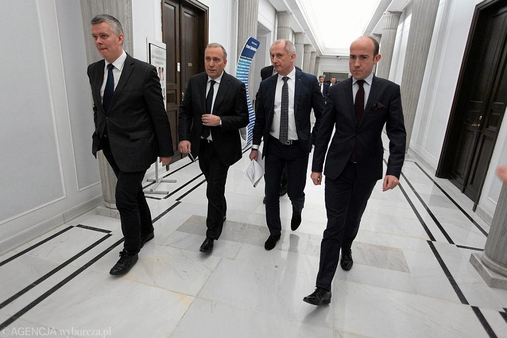 Posłowie PO : T. Siemoniak , G. Schetyna , S. Neumann i B. Budka na korytarzu Sejmu (fot. Sławomir Kamiński/AG)