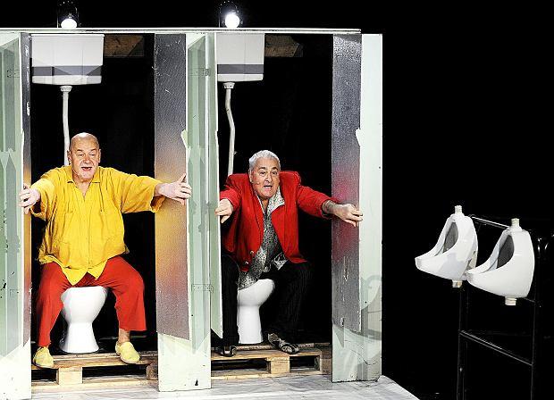 Paweł Sanakiewicz i Janusz Marchwiński na scenie. Spektakl 'Lubiewo' był wielokrotnie nagradzany, otrzymał m.in. Grand Prix podczas Festiwalu Prapremier w Bydgoszczy za najlepszą premierę sezonu 2012/2013