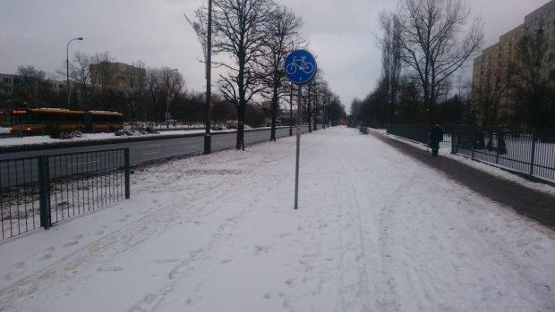 Zupełnie nieodśnieżona droga dla rowerów na ul. Sobieskiego