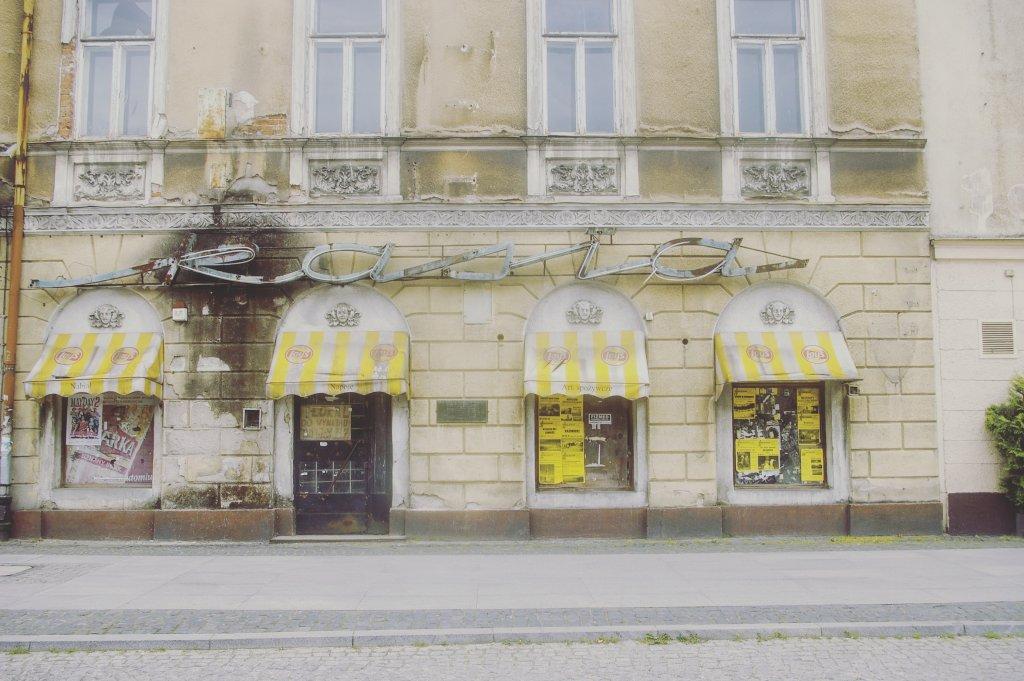 Słynny w mieście neon zamkniętego już dawno temu sklepu