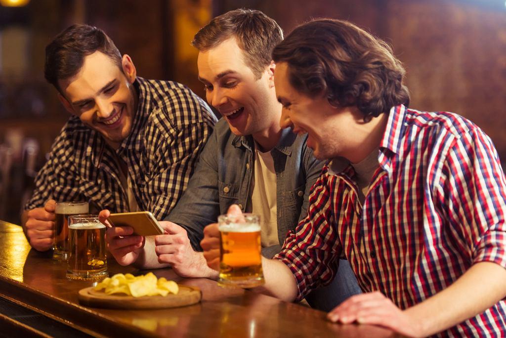 Seksualne napięcie może pojawić się także między zaprzyjaźnionymi ze sobą hetero mężczyznami (fot. GeorgeRudy / iStockphoto.com)