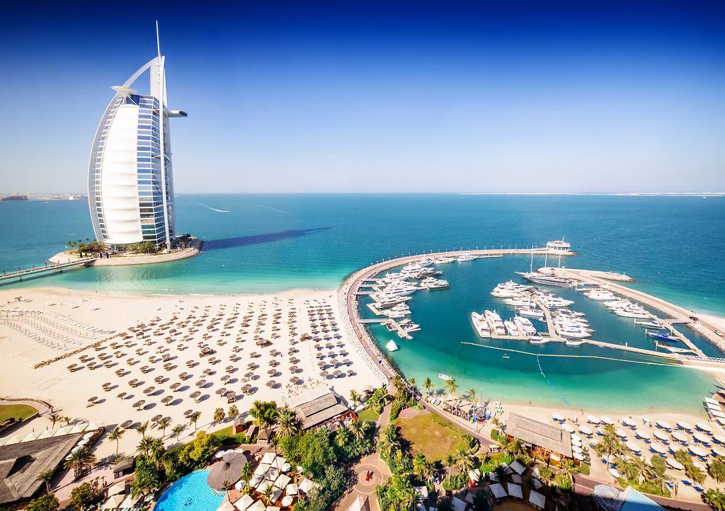 Burj Al Arab Hotel, jeden z najbardziej luksusowych hoteli w Dubaju (fot. Nikada / iStockphoto.com)
