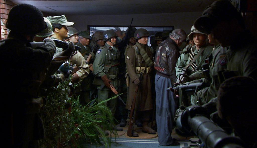 James Gritz (tyłem, trzeci od prawej). Kadr z filmu ''Erase and Forget'' (fot. materiały prasowe)