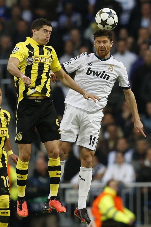 Borussia Dortmund's Robert Lewandowski (L) and Real Madrid's Xabi Alonso go for a header during their Champions League semi-final second leg soccer match at Santiago Bernabeu stadium in Madrid, April 30, 2013.  REUTERS/Juan Medina (SPAIN  - Tags: SPORT SOCCER)