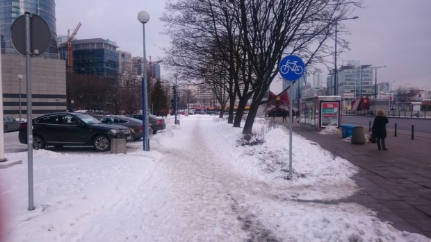 Nieodśnieżona droga dla rowerów wzdłuż Prostej (przy Rondzie Daszyńskiego)