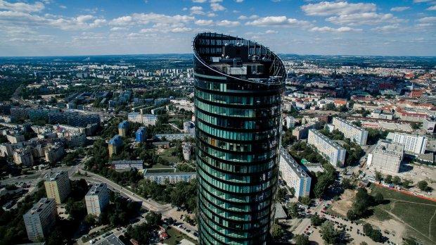 Sky Tower we Wrocławiu: po apokalipsie, jaką na miasto zesłał Robert Szmidt nie stracił wiele że swego charakteru. Dla jednych ziemia obiecana, dla innych obiekt żartów i docinków (fot. archiwum prywatne)