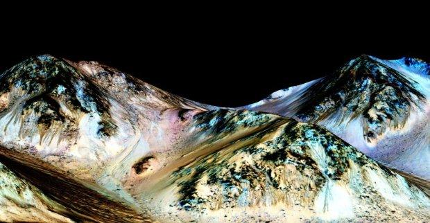 Brązowe strugi na stokach krateru Hale to ślady po płynącej wodzie