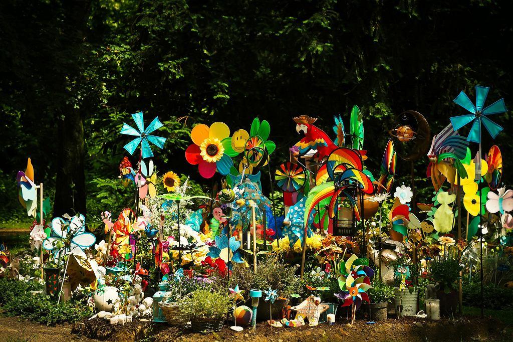 Na grobach dzieci, oprócz zniczy, bliscy często zostawiają również zabawki (fot. pixabay.com)