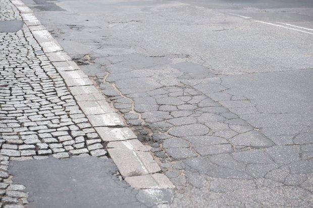 Tak dziś wygląda zniszczona nawierzchnia jezdni ul. św. Wincentego na Targówku