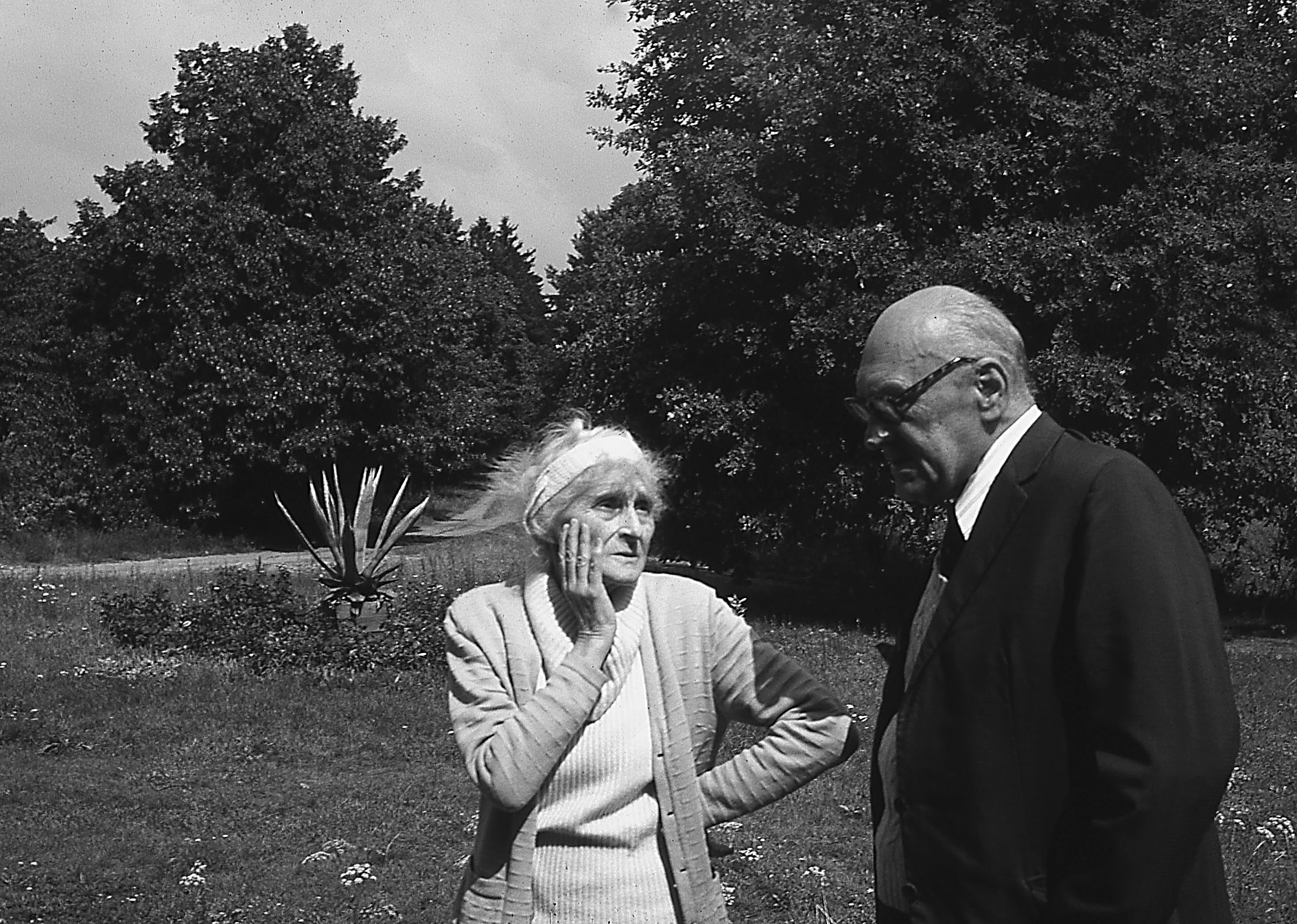 Anna i Jarosław na klombie przed Stawiskiem, lata siedemdziesiąte (fot. archiwum rodzinne)