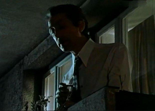 Stefan Karwowski na balkonie z kieliszkiem pana Dariusza
