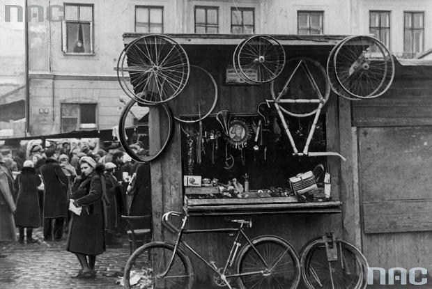 Kercelak w Warszawie. Stragan z rowerami i częściami zamiennymi.