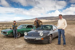 ePicture Shows: The Top Gear presenters stand with Porsche and Mustang on a dry lake bed in Argentina.8BIM8BIM