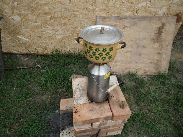 Kuchenka rakietowa - jeśli np. zabraknie prądu, można z gotowaniem przenieść się do ogródka (fot. xxx)