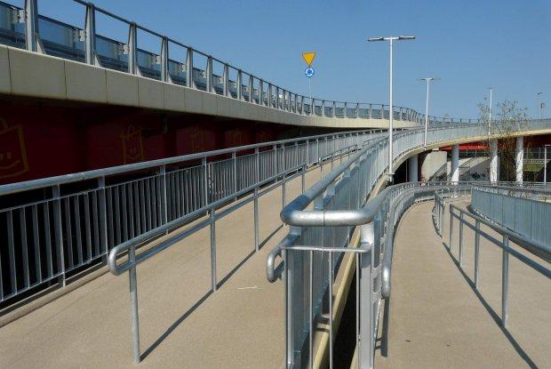 Nowa kładka dla pieszych nad Trasą Toruńską
