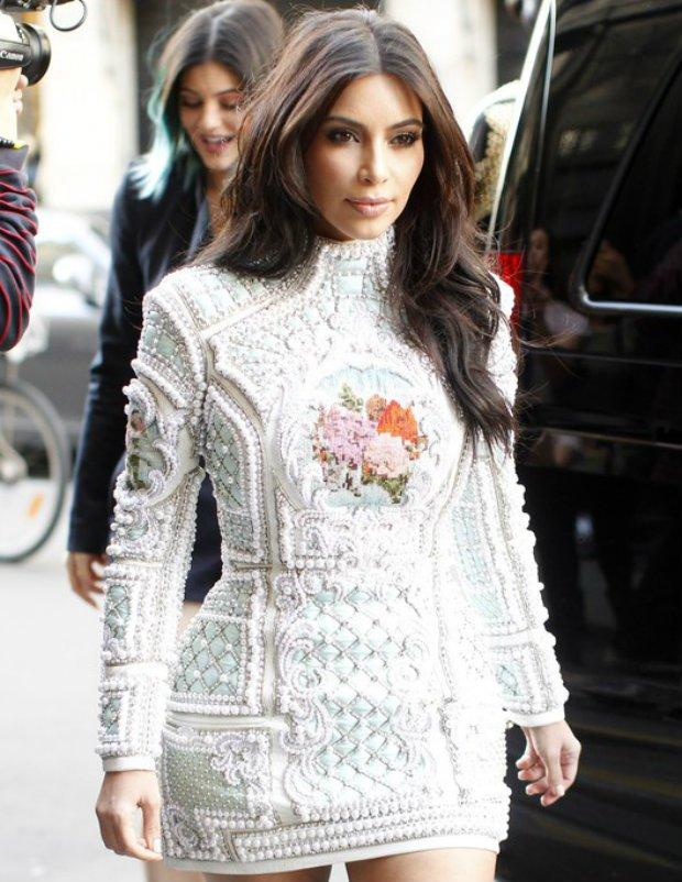 Kim Kardashian w sukience Balmain