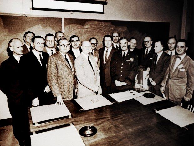 Wernher von Braun i jego zespół składający się głównie z niemieckich naukowców (fot. Wikipedia.org / http://bit.ly/1J7Lxe0 / CC BY / http://bit.ly/1MLdWo6)