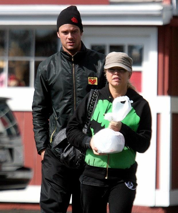 PHOTO: EAST NEWS/SPLASH NEWS  'Black Eyed Peas' singer Fergie and her fiance, 'Las Vegas' actor Josh Duhamel, take it easy on the Presidents Day holiday with a trip out to grab some lunch. The couple, accompanied by a friend, ate at A Votre Sante restaurant in Brentwood, CA and took some food home with them.