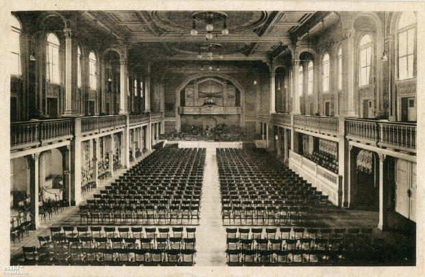 https://bi.gazeta.pl/im/db/89/10/z17338587Q,1920-rok--wielka-sala-w-gmachu-Konzerthaus-Breslau.jpg