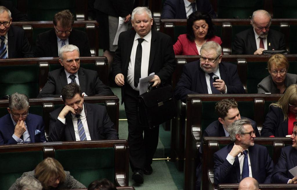 Prezes Jarosław Kaczyński i posłowie PiS w Sejmie (fot. Sławomir Kamiński / Agencja Gazeta)