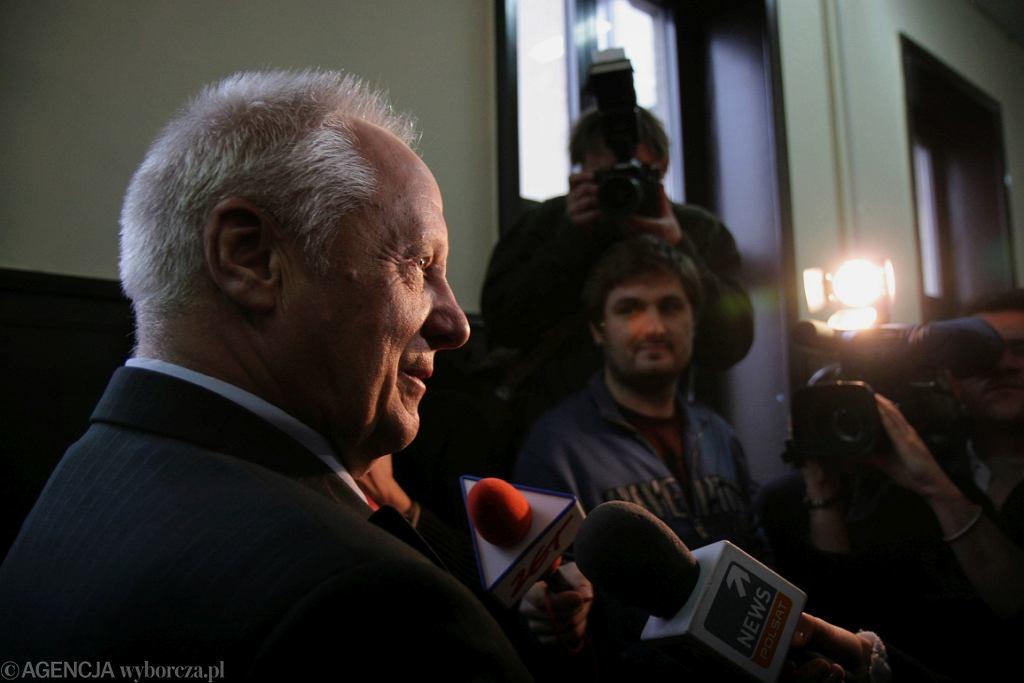 Stefan Niesiołowski na rozprawie przeciwko Jarosławowi Kaczyńskiemu (fot. Wojciech Surdziel/AG)