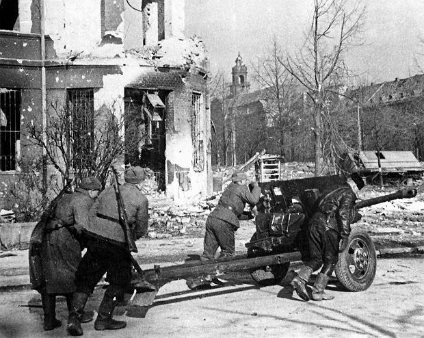 https://bi.gazeta.pl/im/e4/bf/10/z17560292Q,Radzieckie-dzialo-przeciwpancerne-na-skrzyzowaniu-.jpg