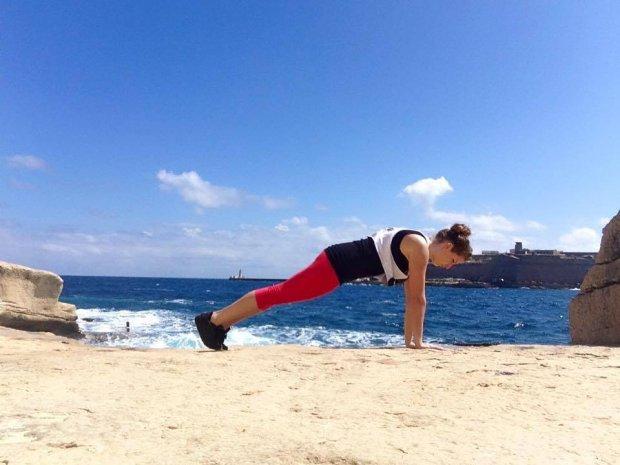 Napnij brzuch i podwiń miednicę - to trzy czwarte sukcesu w desce! (fot. Sandra Mikulska arch. prywatne)