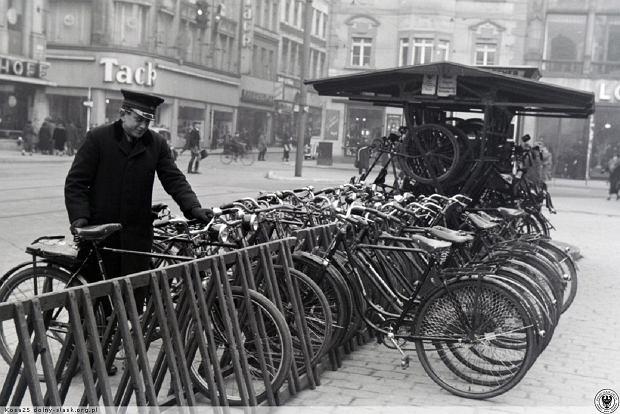 https://bi.gazeta.pl/im/ea/73/14/z21443562Q,Rowerzysci-w-Breslau--Parking-rowerowy-na-rynku.jpg