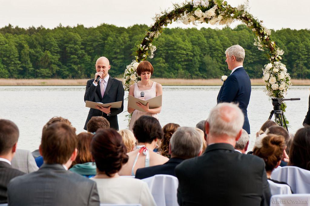 Zaletą ślubów humanistycznych jest dowolny wybór scenerii i przysięgi (fot. www.klaczkowski.com)