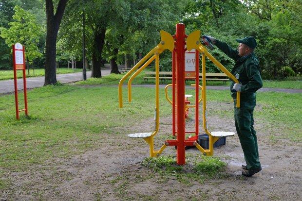 Kontrola sprawności sprzętu w parku Skaryszewskim