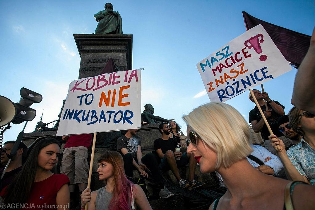 Protest przeciwko zaostrzeniu ustawy antyaborcyjnej (fot. Kuba Ociepa/AG)