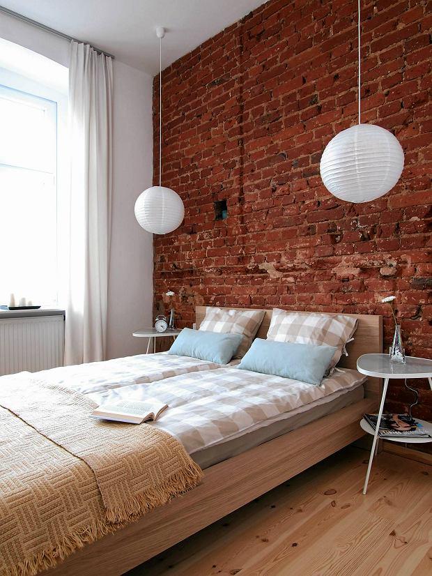sypialnia, ceglana ściana, wystrój wnętrz