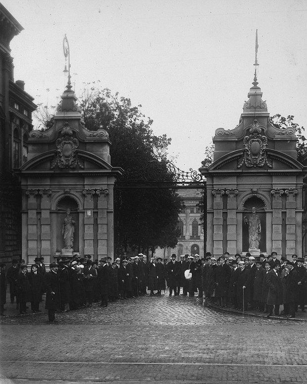 Odsłonięcie godła Uniwersytetu Warszawskiego podczas inauguracji roku akademickiego 7 października 1916 r.