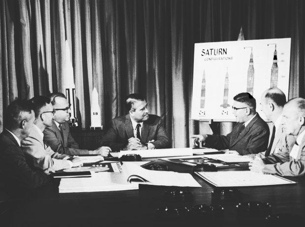 Wernher von Braun z zespołem. 1961 rok (fot. Wikipedia.org / http://bit.ly/1LjrIRt / CC BY / http://bit.ly/1MLdWo6)