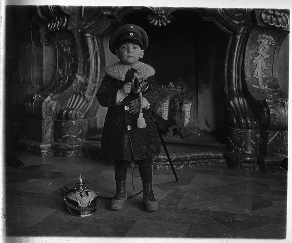 Maurice Hardouin przed kominkiem w Sali Maksymiliana (fot. Louis Hardouin)